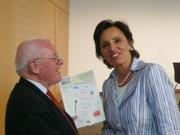 Überreichung unserer Unterlagen an die Staatsministerin