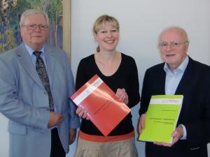 Übergabe der Handbücher an Christine Schwendner am 9.3.2012 durch Dr. Wolfgang Stodieck (links) und Herbert Schmidt
